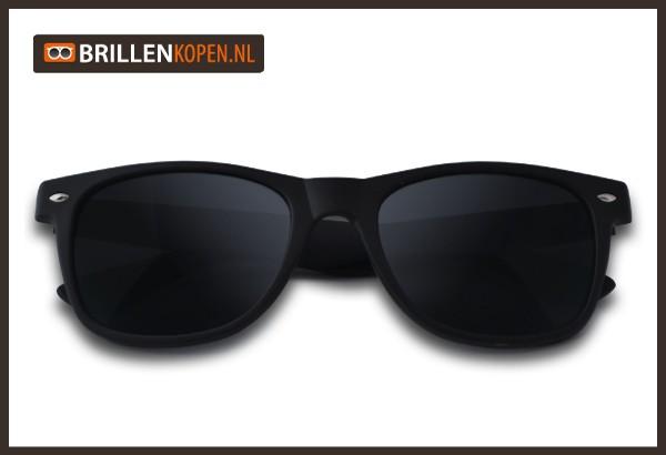 6b035ab0467d4d Dit is dé stoere Wayfarer Matzwart zonnebril is voorzien van zwarte  UV-protectieglazen. Doordat deze rubberen zonnebril volledig matzwart is