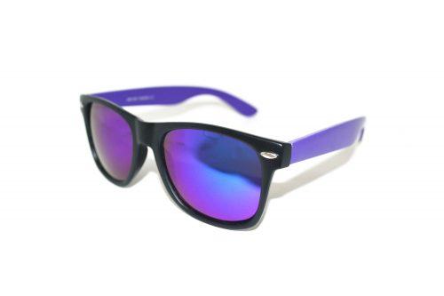 Wayfarer-party-matzwart-paars-zonnebril-matzwart-montuur-paarse-UV-protectie-spiegelglazen-paarse-brilpootjes-Brillenkopen.nl-linkeraanzicht
